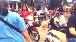 チェンマイ門市場の朝はエネルギッシュ!エネルギー不足なので、おすそ分けしてもらおーかな♪