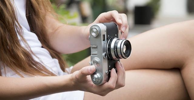 女性 カメラ 旅 小