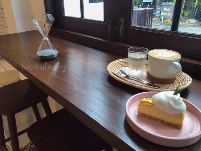 coffeecookiecake 窓際でカフェラテとケーキ