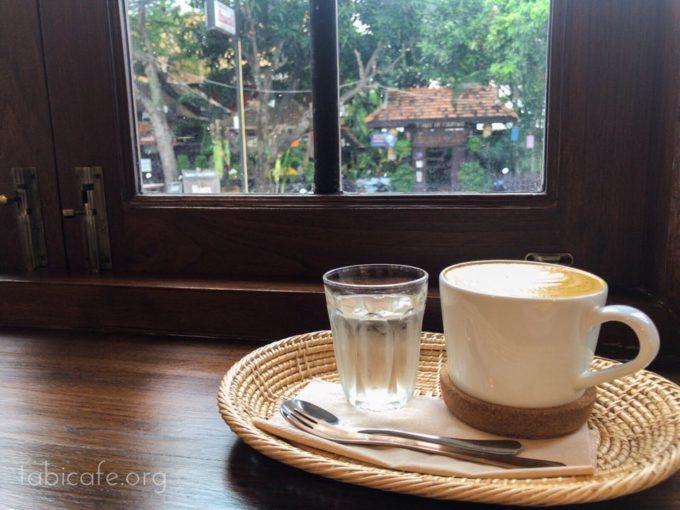 coffeecookiecake 窓際でカフェラテ