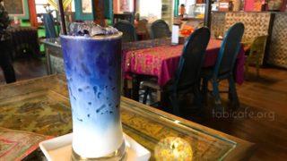 ブルーが映えるフォトジェニックドリンクを飲みにエスニックなカフェへ
